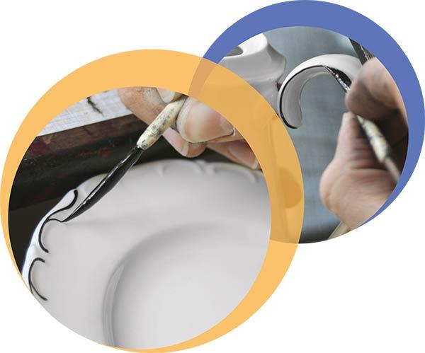 Industriekeramiker beim Bemalen eines Porzellanreliefs