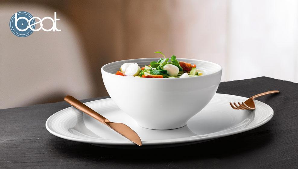 Salat, frisch angerichtet in einer Schüssel der Porzellanserie Beat