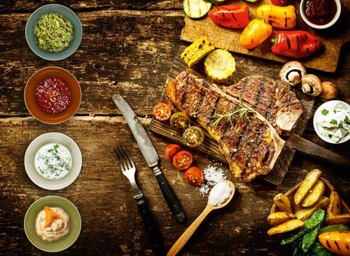 Porzellanschälchen mit T-Bone Steak und Gemüse